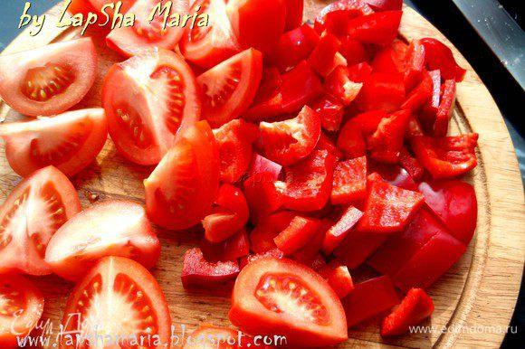 Перец нарежем произвольными кусочками небольшого размера, а помидоры разделим на четвертинки.