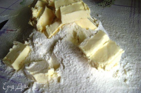 Песочное тесто. Просеиваем муку, добавляем щепотку соли, сахар, кладем холодное, порезанное кусочками масло.