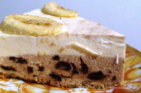 Когда и этот слой загуснет то можно начинать украшать наш тортик. Я порезала бананчик и вот так росклала. Тортик получился нежный не очень сладкий из0за того что есть там наш хлебушек и вишни дают кислинку. Очень необычный вкус нашего тортика. Ну вот в разрезе он.