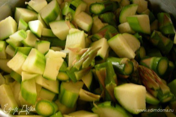 В кастрюлю добавляем овощи, обжариваем на среднем огне минуты 3-5, помешивая.