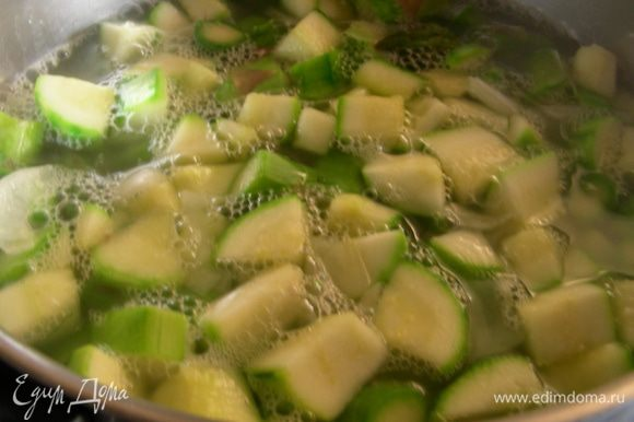 Заливаем бульоном и варим до готовности овощей минут 20.