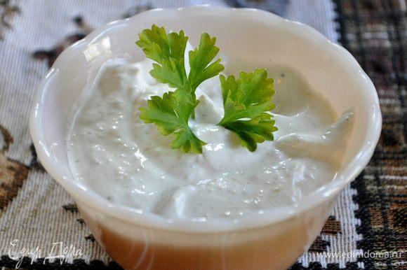 Приготовим хреновый соус для ростбифа пока говядина сидит в духовке.Смешаем сметану ,хрен и лимон.сок,соль и перец по вкусу.Выложим все в небольшую плошку.