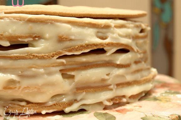 Сборка элементарна: корж-крем-корж-крем... Отправляем на 1-2 часа в холодильник, чтобы коржи немного пропитались кремом. Затем заполняем пустоты кремом и покрываем весь торт кремом. Отправляем на ночь в холодильник.
