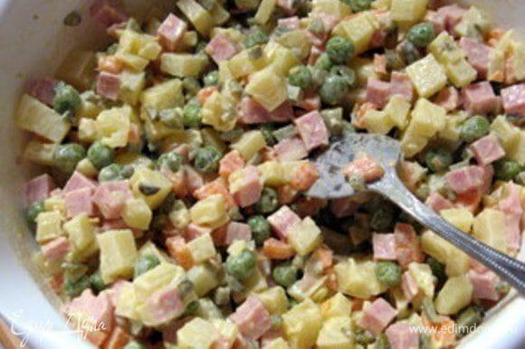 Для салата нарезать на мелкие кубики сырую морковь и сырой очищенный картофель. Фасоль нарезать на кусочки. Отварить отдельно морковь, горошек, фасоль и картофель. Картофель варить в воде с ложкой уксуса. Это поможет ему сохранить форму. Откинуть готовые овощи и дать стечь воде. Охлаждённые овощи смешать, добавить куриное мясо (у меня была куриная ветчина), маринованные огурчики.