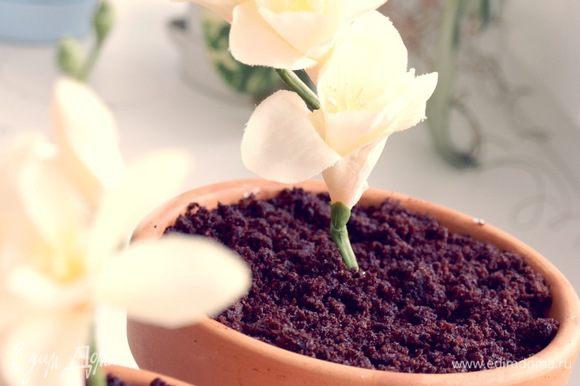 Вставляем цветочек в трубочку и подарок готов!