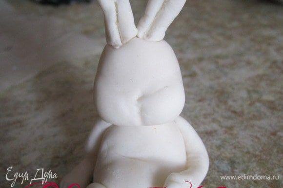 Прикрепить голову кролика, можно на зубочистку или на спагетти.