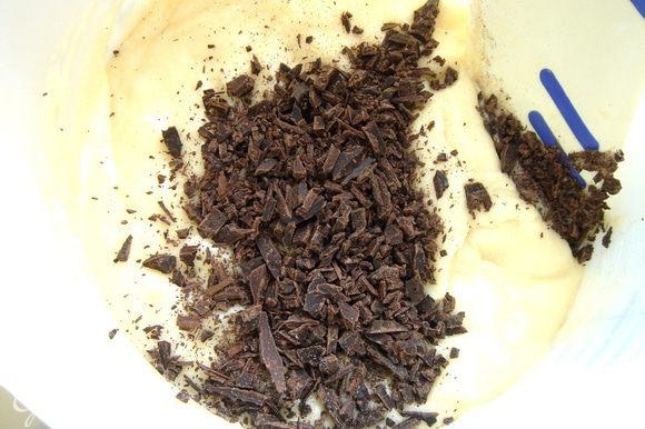 Шоколад и грецкие орехи измельчить до небольших кусочков.Добавить в тесто.