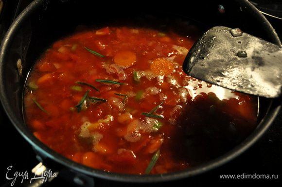 Добавим вино,все перемешаем хорошенько,затем курин.бульон, томаты,розмарин,соль и перец, готовим 4мин.убавляя огонь.