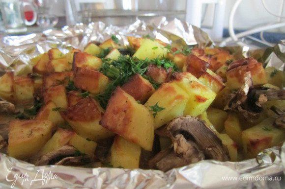 Кусочками(но не мелкими), в миску положила картофель+посолила+специи(у меня специи для картофеля+хмели-сунели)+поперчила...перемешать, чтобы вся картошечка была в специях и соли, и поливаем маслом оливковым(можно и растительным)хорошо перемешать и добавить грибы
