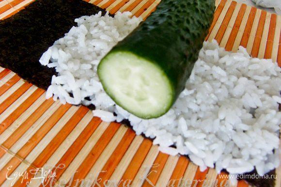 Огурец предварительно помыть, вытереть, обрезать концы. Выложить на рис.