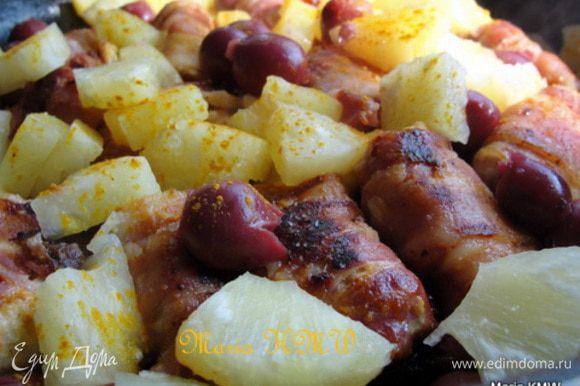 Когда мясо прожарилось, выкладываем ягоды и ананасы, даем 2-3 минуты вместе прожарится. Приправляем щепоткой куркумы или карри. И блюдо готово! Получилась сочная грудка, слегка пряная с ароматом и вкусом бекона и фруктов.