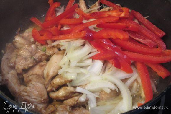 Положите в мясо сладкий перец, не переставая перемешивать. Огонь при этом должен оставаться максимальным. Тушите блюдо около минуты.