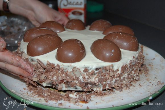 Крем: Все ингридиенты взбить миксером и промазать коржи и бока торта. Бортики присыпать измельченным шоколадом, верх торта украсить половинками шоколадных яиц и клубникой. Затем яйца немного присыпать сахарной пудрой.