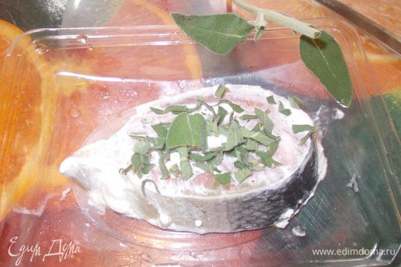 стейк сёмги натереть солью и перцем,полить сливками и посыпать свежими листочками шалфея,и запечь в духовке или обжарить на сковороде гриль.