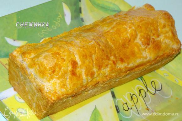 Выпекать около 45 минут до золотистого цвета. Даем пирогу остыть до теплого и вынимаем из формы.
