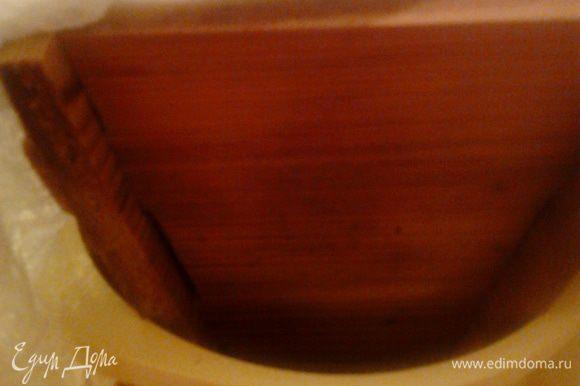 Края марли заложить крест-накрест. Поставить форму с пасхой в миску меньшего диаметра, чтобы жидкость могла стекать, и положить сверху что-то тяжелое.