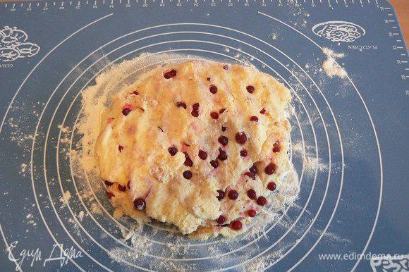 замесить тесто,(не увлекаясь процессом) в конце добавить замороженную бруснику(не размораживая) и аккуратно перемешать.