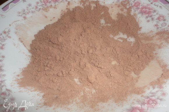 На тарелку высыпать какао. Сформировать конфеты, обвалять их в какао. Посыпать кокосовой стружкой.