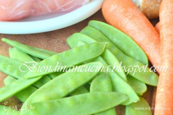 Духовку разогреть до 180°C. Из филе сделать фарш. Мякоть хлеба замочить в молоке.Морковь отварить 10 мин в кипящей воде.