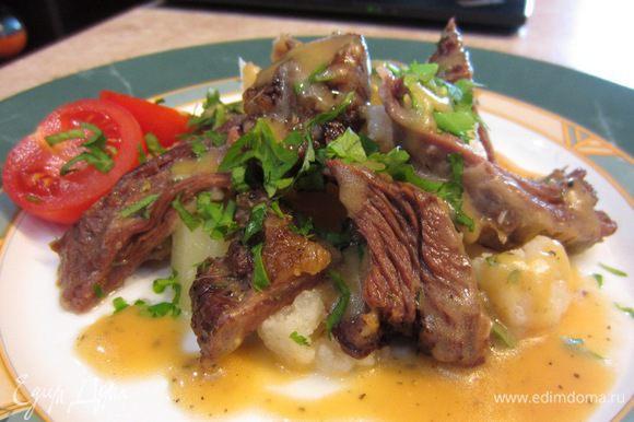 Срежьте мясо с костей, удалите лишний жир. В качестве гарнира я использовал отваренный картофель. Приготовьте соус бешамель. Выложите картофель на тарелку, сверху кусочки мяса, Посыпьте рубленой зеленью. Полейте соусом.