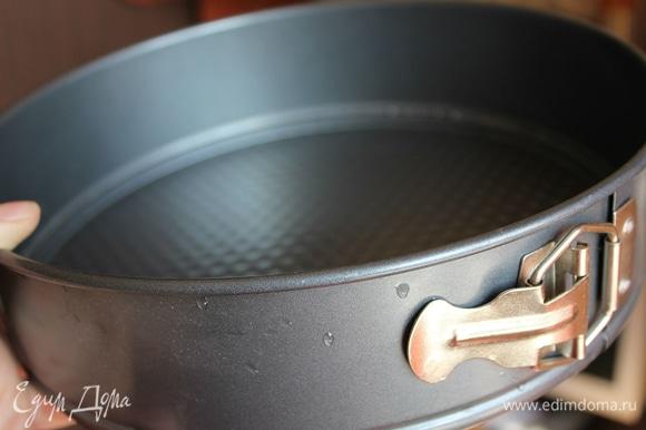 Предварительно разогреть духовку до 180–190°C. Приготовить разъемную форму и бумагу для выпечки.