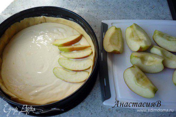 Сверху выложить творожную массу. Яблоки почистить (я забыла), удалить сердцевину и нарезать на небольшие ломтики. Распределить поверх творожной массы. Выпекать пирог в течение 45 минут.