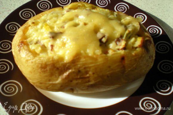 Наполнить картошки-лодочки начинкой.Запекать при 180гр минут 15-20,затем вытащить и посыпать сверху оставшимся сыром.Запечь ещё несколько минут,чтобы сыр сверху расплавился.