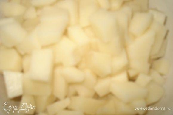 Пока тушатся грибы с овощами. Нарезать картофель на средние кубики и добавить в кипящий бульон.