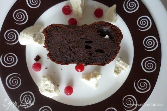 Подавать с ягодами калины и творогом из сливок. Горечь калины помогает уловить сладкую нотку в шоколадной горечи десерта.