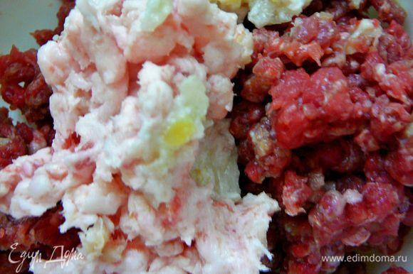Телятину,сало и лук перекрутить на мясорубке с крупной решеткой.