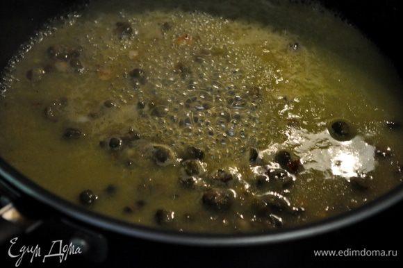 Добавим на сковороду чеснок и готовим примерно 1мин.Добавить каперсы затем апельсин.сок и лимон.сок.Доведем до кипения. Помешаем и готовим еще 2-3мин.Посолить и поперчить.