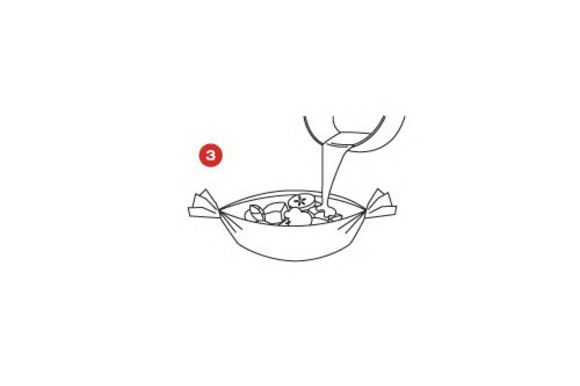 Взять 4 листа кулинарной бумаги SAGA формата А3. Вымыть лайм в горячей воде, натирать цедру до получения 2 чайных ложек. Разрезать лайм напополам, выжать сок из обеих половинок в миску. Вмешать в миску цедру и ром, с помощью кисти со всех сторон обмазать этой смесью подготовленный шашлык. Положить на каждый лист бумаги по 2 шашлыка, изготовить свободные лодочки SAGA и поместить их на противень.