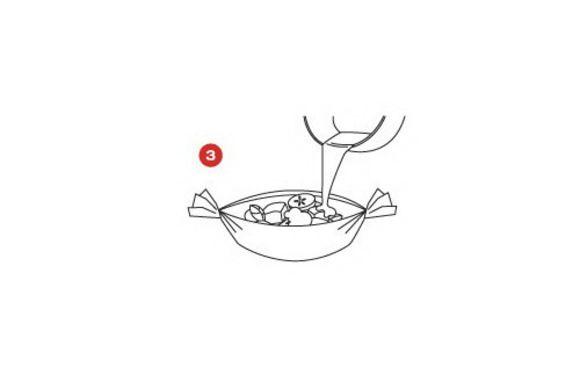 Полейте на овощи сырный соус и готовьте в духовке около 10 минут при температуре 220 градусов.
