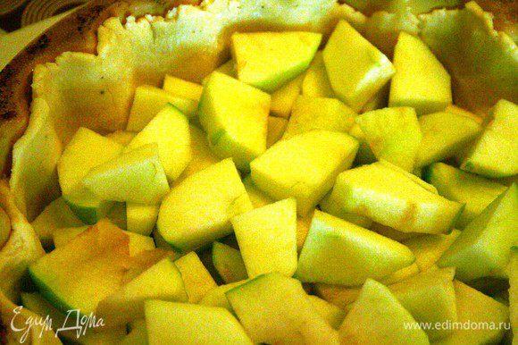 Берем 2/3 теста, раскатываем и выкладываем в форму. Далее укладываем яблоки.