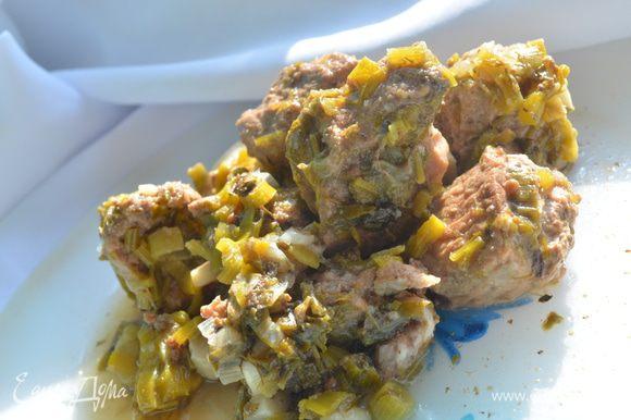 Приготовление: Мясо порезать кусочками 40 грамм каждый. Зелень крупно порубить, чеснок мелко нарезать, положить эстрагон и кориандр. Укладывать в кастрюлю слоями. Слой мяса , слой зелени, слой ткемали и так несколько раз до заполнения кастрюли. Залить вином, добавить аджику и воду так, чтобы мясо было полностью покрыто жидкостью. Посолить, добавить измельченный перец и тушить на медленном огне 1, 5 - 2 часа. МИР ВАМ!
