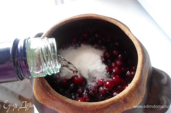 Теперь наливаем водку,так чтоб до края горшочка осталось около 1 сантиметра.