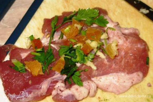 Берем пластины мяса, выкладываем начинку, оставляя с одного края немного места. В процессе скручивания начинка подвинется, но не выпадет.