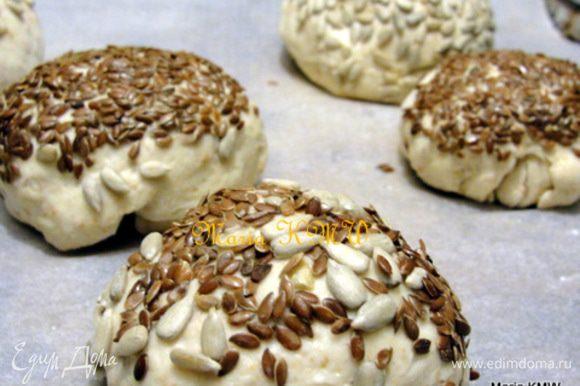 Вымесить тесто, сформировать булочки дать им 40 минут подойти. Смазать верх водичкой и обмакнуть в семечки или зернышки. Выпекать 25 минут при 200 С.