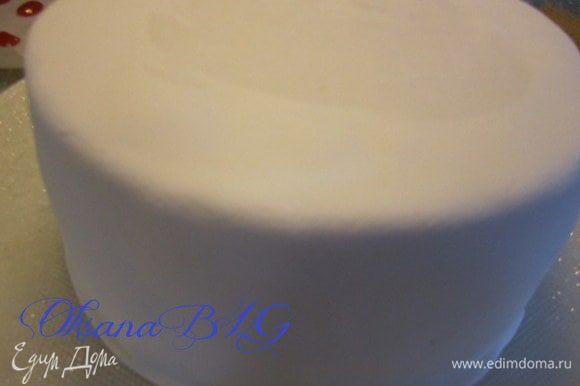 Торт покрыть масляным кремом (100 гр. масла + 2-3 ст.л. сгущенного молока), выровнять и покрыть мастикой.