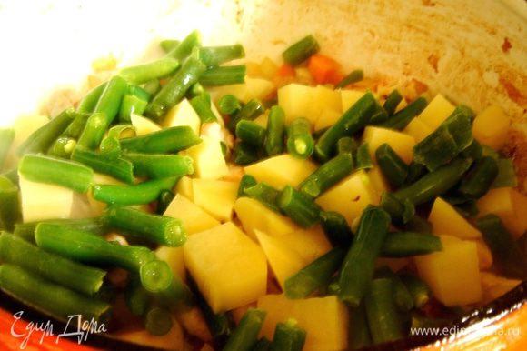 Добавить в кастрюлю фасоль,картофель и бульон.Накрыть кастрюлю крышкой и убавить огонь.Варить 10-15 минут.