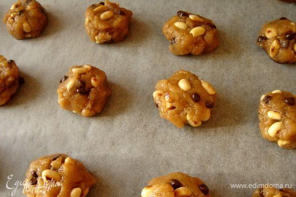 Смешать муку с разрыхлителем,замесить тесто,добавить орехи и шоколадные капли.Выложить небольшие шарики(чуть больше грецкого ореха)на противень,застеленный пергаментом.Поставить противень на 20-30 минут в холодильник.
