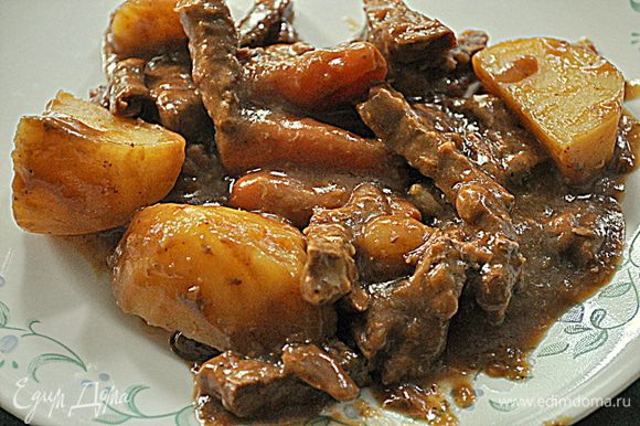 Посолить и поперчить мясо.Смазать со всех сторон хреном.Влить в воду довести до кипения и убавить огонь,накрыть и тушить 2ч.-2ч.30мин.Заложить очищенный, порезанный картофель,морковь и лук и тушить примерно 1час.или пока говядина и овощи не станут мягкими.Готовое блюдо подавать с подливой.