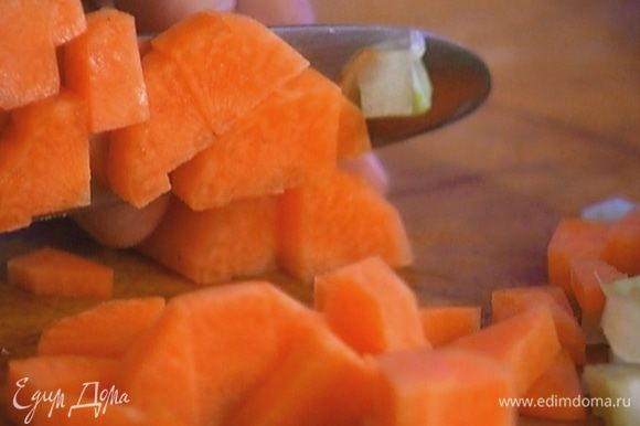 Морковь почистить и порезать небольшими кубиками.