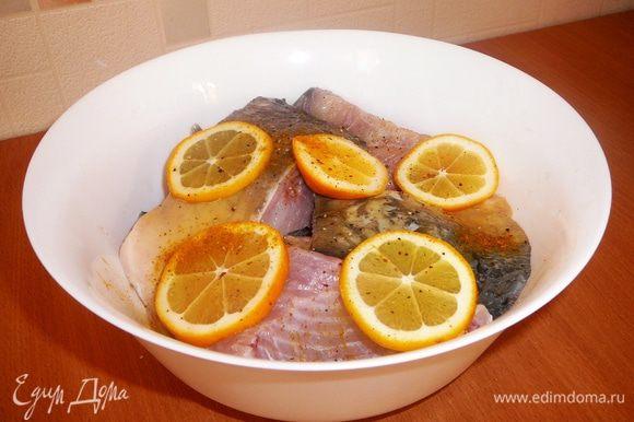 Рыбу режем на куски, солим, перчим, поливаем лимонным соком ( используем 1 лимон) и накрыв, ставим в холодильник мариноваться на 1-2 часа.