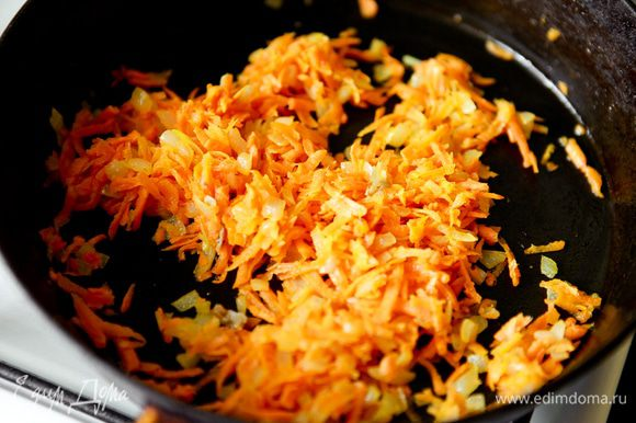 Мелко порезать лук, натереть морковь. Обжарить на растительном масле до золотистого цвета.