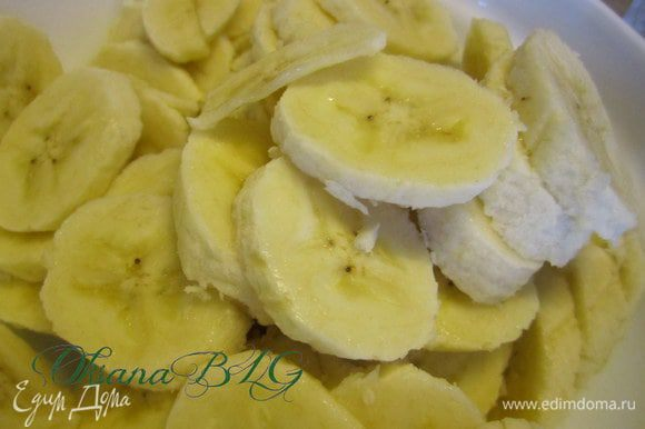 Пока бисквит остывает можно приготовить прослойку. Бананы нарезать кружочками. Полить лимонным соком.