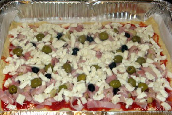 ...моцареллу, нарезанную на мелкие кусочки или кубики. Приправить ещё раз солью и перцем, сбрызнуть оливковым маслом. Выпекать 10-15 минут.