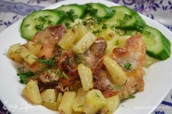 Берём кусочки порезанного мяса свинины,посыпаем чёрным перцем,солью,обваливаем в муке и обжариваем с 2х сторон.За 10мин.до готовности посыпаем натёртым чесночком,порезанным на кусочки свежий ананас,веточку тимьяна,накрываем крышкой и доводим до готовности.Подать с картошкой,свежим огурчиком ,посыпать зеленью и полить растопившимся жирком со сковородки(который взял все вкусы и ароматы специй). Картошку варим так:чистим,моем,режем на кусочки и отвариваем в подсоленной воде с добавлением подсолнечного масла.Когда картошка готова,сливаем воду ,накрыть крышкой и потрясти хорошенько)так картошка станет ещё вкусней...и не пюре...и не крупная!!!)))Приятного Вам аппетита)