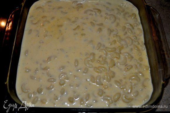 откинуть макароны,аккуратно перемешать с сырной массой. Выложить все в форму для запекания.Посыпать сухой хлебной крошкой.Запекать не прикрывая 25мин.или пока не закипит по краям.