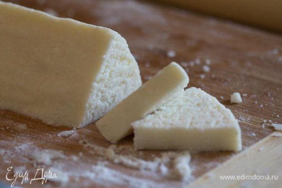 Если где-то тесто рвется, то приминаем руками придавая необходимую форму. Разрезаем получившийся треугольный рулет на печеньки толщиной около 1 см.